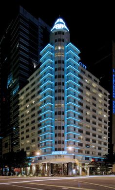 Exterior facade light Facade Lighting, Linear Lighting, Exterior Lighting, Cool Lighting, Architectural Lighting Design, Landscape Lighting Design, Building Exterior, Building Facade, Arch Light