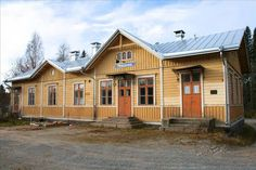 Keski-Suomessa, Keuruun Pihlajavedellä sijaitseva rautatieasema remontoitiin vanhaa kunnioittaen.Rakennus on Knut Nylanderin suunnittelema.