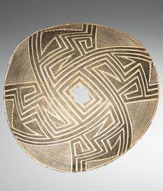 COUPE HÉMISPHÉRIQUE À DÉCOR PEINT  CULTURE MIMBRÉS, MOGOLLÓN  STYLE MIMBRES, ETAT DU NOUVEAU MEXIQUE, ETATS-UNIS  950-1150 AP. J.-C.  MIMBRES BLACK-ON-WHITE GEOMETRIC BOWL, NEW MEXICO, UNITED STATES Native American Pottery, Native American Art, Colombian Art, Pueblo Pottery, Historical Artifacts, Pottery Designs, High Art, Culture, Ocean Art