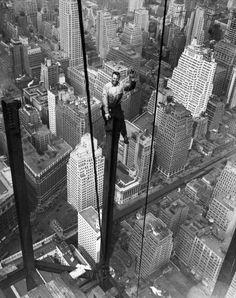 Lebensgefährlich:  Der Stahlarbeiter Carl Russell sitzt auf einem Stahlträger...