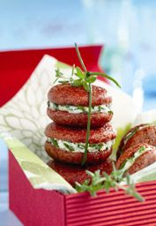 Macarons salés tomate et fromage frais Tapas, Italian Entrees, Appetizer Recipes, Appetizers, Savoury Biscuits, Party Finger Foods, Food Decoration, Macarons, Food Design