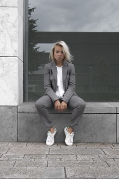 Women's Suits With Sneakers. People may think that suits are more, for formal wear or business wear. These days though suits for women are so versatile that even adding simple footwear such as sneakers can change the look from formal to casual. Tomboy Fashion, Look Fashion, Fashion News, Fashion Design, Fashion Outfits, Milan Fashion, Business Mode, Business Fashion, Business Outfit Frau