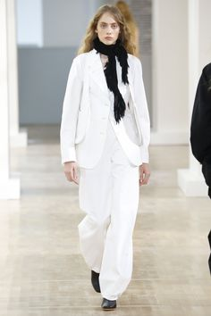 Lemaire Spring 2016 Ready-to-Wear Collection Photos - Vogue Runway Fashion, Fashion Show, Fashion Looks, Fashion Outfits, Fashion Design, Fashion 2016, Minimal Fashion, Timeless Fashion, Vogue