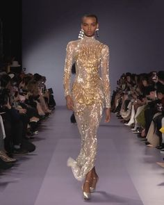 Stunning Golden Embroidered Evening Maxi Dress / Evening Gown with High Neckline and Long Sleeves. Runway Show by Georges Hobeika. inspo videos Georges Hobeika Look Spring Summer 2020 Haute Couture Collection. Haute Couture Dresses, Haute Couture Fashion, Georges Hobeika, Runway Fashion, Fashion Show, High Fashion, Couture Collection, Beautiful Gowns, Vogue