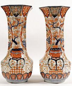 Paire de vases cornet en porcelaine Imari