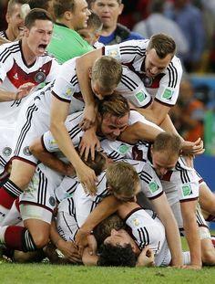 """Mario Gotze en el 113' y ahí quedó el asunto: «Final, Alemania [1] vs. Argentina [0], 2014 FIFA Copa Mundo Brasil, """"todos en un mismo ritmo""""» [domingo, 13 de julio de 2014]."""