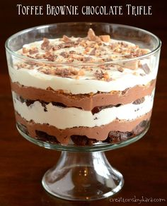 With layers of brownie, pudding, toffee, and whipped cream, this Toffee Brownie Chocolate Trifle will knock your socks off! (chocolate layer cakes with pudding) Brownie Trifle, Brownie Pudding, Trifle Pudding, Chocolate Pudding, Chocolate Brownies, Cheesecake Pudding, Death By Chocolate, Apple Brownies, Fruit Trifle