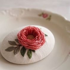 Hand Embroidery Videos, Hand Embroidery Tutorial, Rose Embroidery, Hand Embroidery Stitches, Embroidery Fashion, Hand Embroidery Designs, Brazilian Embroidery, Satin Stitch, Sewing