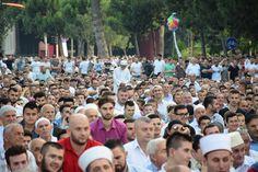 ARNAVUTLUK'UN BAŞKENTİ TİRAN'DA BAYRAM NAMAZI...  Arnavutluk'un başkenti Tiran'daki şehitler Bulvarı'nda kılınan bayram namazına yoğun katılım oldu. Namazı Tiran müftüsü Ylli Gurra kıldırırdı. Bayram namazı Arnavutluk'un diğer şehirlerinde de büyük bir katılımla kılındı.