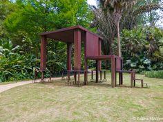Inhotim: Cildo Meireles: Inmensa, com sua grande mesa e uma seqüência de cadeiras...