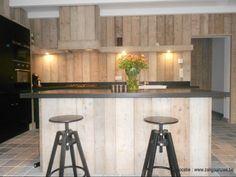 Keuken met steigerhouten wand en toog Door zaligaanzeee