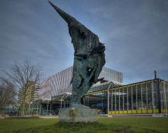 Wessel Couzijn - 'Vliegend / Rising Africa' 1961 met op de achtergrond gebouw MetaForum - Technische Universiteit / TU/e - Eindhoven Auteur: Frans van Beers