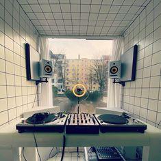 The best DJ setup for beginners to perform like pro's - GlobalDJsGuide Hip Hop Dj, Pioneer Ddj, Muy Simple, Dj Pro, Dj Headphones, Dj Setup, Professional Dj, Native Instruments, Dj Booth