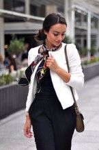 Love this look (Foulard Wondergarden Silk Scarf by Gucci) Ways To Wear A Scarf, How To Wear Scarves, Look Formal, Gucci, Business Attire, Work Fashion, Bd Fashion, Style Fashion, Scarf Styles