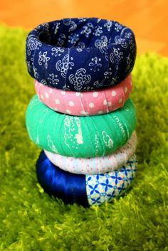 Old bracelets with cut new fabric- sooo easy! Captain Hat, Diy Crafts, Texture, Hats, Bracelets, Creative, Fabric, Blog, Bangle Bracelets