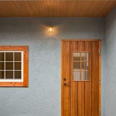 愛知県名古屋市の注文住宅クラシスホーム。愛知県小牧市にて完成現場見学会を開催致します。 【OPENHOUSE】 ■日程:5/14(月)、5/15(火) ■時間:10:00〜18:00 表情豊かなグレーの塗り壁がアクセントの外観。内装は、素材にこだわったカフェ風スタイルでまとめました。 詳細は、ホームページの【イベント】にてご覧ください。 ■お問合せ 0568-41-8571 クラシスホーム春日井店 0567-55-7712 クラシスホーム津島店 Exterior Paint Colors, House Front, Windows And Doors, Ideal Home, Building A House, Entrance, House Design, Architecture, Interior