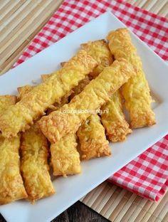 Easyway kaasstengels! Snij bladerdeeg in 4 strengen smeer in met een geklutst eitje daarna geraspte kaas erover en 20 min in de over en lekker dat ze zijn!!