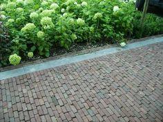 Jaren30woningen.nl | Mooie combinatie van sierbestrating en beplanting bij een #jaren30 woning