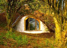 """Simon Dale bouwde in Wales dit """"hobbithuis"""" voor minder dan €4.000. . Hij gebruikte vooral hergebruikte materialen. Elektriciteit komt van zonnepanelen en het huis wordt op natuurlijke wijze gekoeld en verwarmd."""