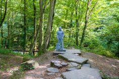 Согласитесь, скульптура человека среди леса смотрится весьма необычно.