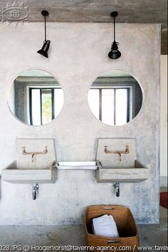 A simple bathroom ambience, where we can find some stunning luxurious details such as the golden taps
