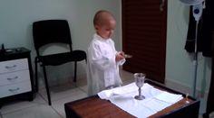 """Niño de tres años con cáncer """"celebra Misa"""" y quiere ser Papa  Rafael Freitas es un niño de 3 años, lucha contra un agresivo cáncer, se hizo conocido por un video en el que aparece """"celebrando Misa"""" en Facebook y por un deseo peculiar: él quiere ser Papa."""