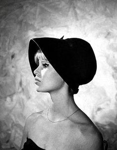 Brigitte Bardot, châpeau model for Ĉhrístíân Díôr, 1960