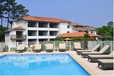 Hôtel Les Fougères Hossegor Set in a large garden with a swimming pool, this hotel offers guest rooms with a balcony. It is located 600 metres from the beach and from Hossegor Lake.  Guest rooms have a simply décor and are equipped with a television and free Wi-Fi access.