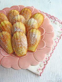 Madalenas  Adaptada do Petit Larousse Pâtissier    Para cerca de 30 un.    150g de farinha c/ fermento  150g de manteiga  Raspas de 1 limão  3 ovos  180g de açúcar  1 c. (sopa) de açúcar baunilhado