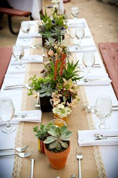 This table decor is perfect for this outdoor Arizona wedding at Tanque Verde Ranch. Photo by @lovemylifephoto