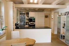 Küche mit dunkler Arbeitsfläche zu Holzboden