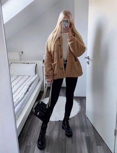 Girly Outfits, Trendy Outfits, Cute Outfits, Fashion Outfits, Womens Fashion, Cute Fashion, Fashion Looks, Dr Martens Outfit, Outfit Invierno