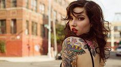 """""""Les femmes en couverture des magazines de tatouage, l'apologie du soft porn"""" - Très bon article d'Eloise Bouton sur l'ambiance porn des milieux alternatifs comme le tatouage. """"Pourquoi, bien que ce milieu alternatif conteste certaines valeurs sociétales dominantes, il en perpétue d'autres, comme le sexisme et l'objectification du corps des femmes?"""""""