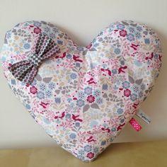 Coussin en forme de coeur en tissu imprimé petits oiseaux, nature et géométrique : Linge de lit enfants par un-petit-pois-bleu-by-nymeria-creation