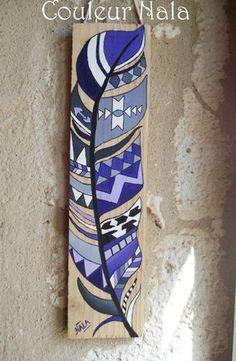 """ARTICLE RESERVE  Esprit """"Récup""""  Peinture sur bois de palette Peinture à l'huile  Motif plume amérindienne dans les tons violet, mauve, gris et noir  Dimensions : 47,5  - 18055259:"""