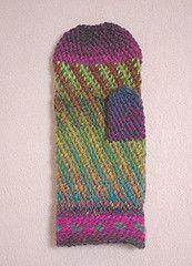 Hook used is the smygmaskvirkning / pjoning hook traditional for Scandinavian slip-stitch crochet.