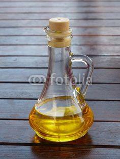 Karaffe mit Olivenöl auf einem Holztisch in Bodrum am Ägäischen Meer in der Provinz Mugla in der Türkei