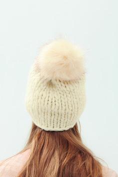 Craquez pour ce bonnet simple et raffiné, tricoté en PHIL BRILLANT coloris écru. Pour la réalisation de ce modèle vous aurez besoin de : Aig. n°15 pour la confection du modèle. Modèle n°8 du catalogue n°163 : 100% facile - femme - Automne/Hiver 2018 Point utilisé : jersey endroit. Big Wool, Catalogue, Point, Knitted Fabric, Winter Hats, Knitting, Craft, Simple, Crochet