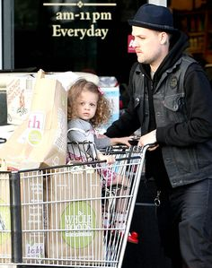 Joel Madden & his beautiful daughter Harlow grocery shopping together #Fatherhood