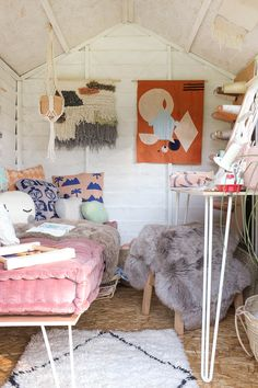 Creative shed makeover Shed Hangout Ideas, She Shed Interior Ideas, Converted Shed, Shed Decor, Home Decor, Summer House Interiors, Shed Makeover, Craft Shed, Studio Shed
