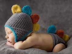 Baby Photos / New Born Baby Photography: Babies are so cute and every couple wants to capture their little one's every minute detail whenever possible. Designer Baby, Baby Design, Crochet Bebe, Crochet Hats, Crochet Outfits, Knit Crochet, Baby Pictures, Baby Photos, Infant Pictures