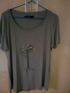 camiseta com árvore estilizada