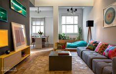 A designer de interiores Hélène e o advogado Leonardo encararam uma super-reforma no antigo apartamento carioca. O resultado? Muita cor, integração e personalidade.