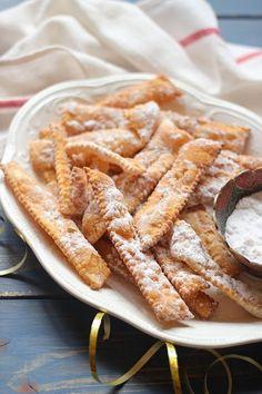 A chiacchiere - magyarul fecsegést, csevegést jelent, de a különböző olasz régiókban, más - más elnevezést kapott, pl bugie, struf... Apple Pie, Waffles, Breakfast, Desserts, Food, Apple Cobbler, Tailgate Desserts, Meal, Deserts