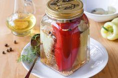 Nyní začíná být správný čas na zelí, které je zdrojem cenných látek – především syrové a kysané. V zimě přijde k chuti naložené v paprikách ve sladkokyselém nálevu. Krásné sklenice najdete na našem e-shopu. Food Storage, Pesto, Panna Cotta, Mason Jars, Canning, Ethnic Recipes, Syrup, Chef Recipes, Cooking