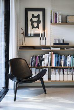 Une maison en bois noir en pleine nature (via Bloglovin.com )