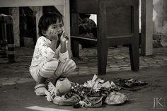 Bali / Indonesien: Ein kleines Mädchen sitzt vor den landestypischen Opfergaben.  #Streetphotography #Streetfotografie #Bali