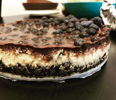 Er hat's tatsächlich getan und auch für unsere Familie noch eine Triple Chocolate Cheesecake Torte gebacken. Im Thermomix natürlich - im Varoma. Krasses Ding. Ich habe drei Stücke gegessen. Ich kann ja nichts rumliegen sehen...  #triplechocolatecake #cheesecake #thermomix #kuchen #mamaskindbackt #heidelbeeren
