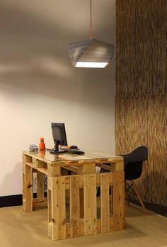 Reciclaje total.   Un escritorio de pallets funcional y una lámpara de papel.