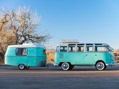 Dit geweldige VW-busje wordt geleverd met bijbehorende caravan
